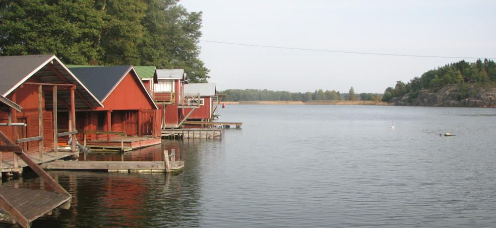 Gavel på båthus vid sjö